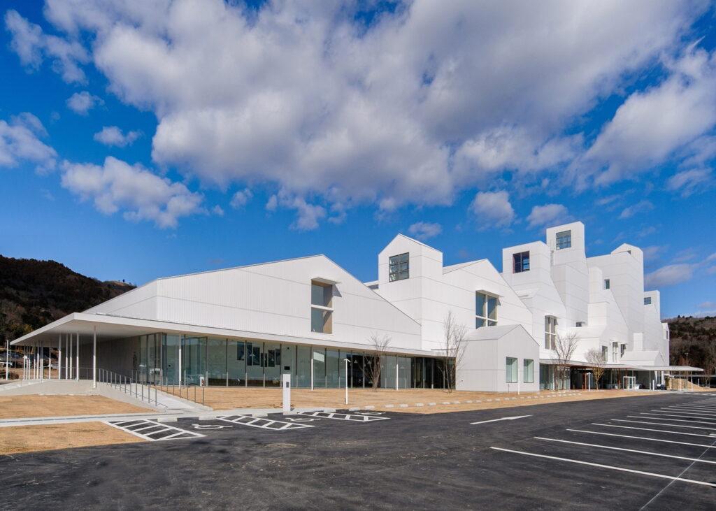 まきあーとテラスは博物館・ホール・展示スペースを持つ複合文化施設です