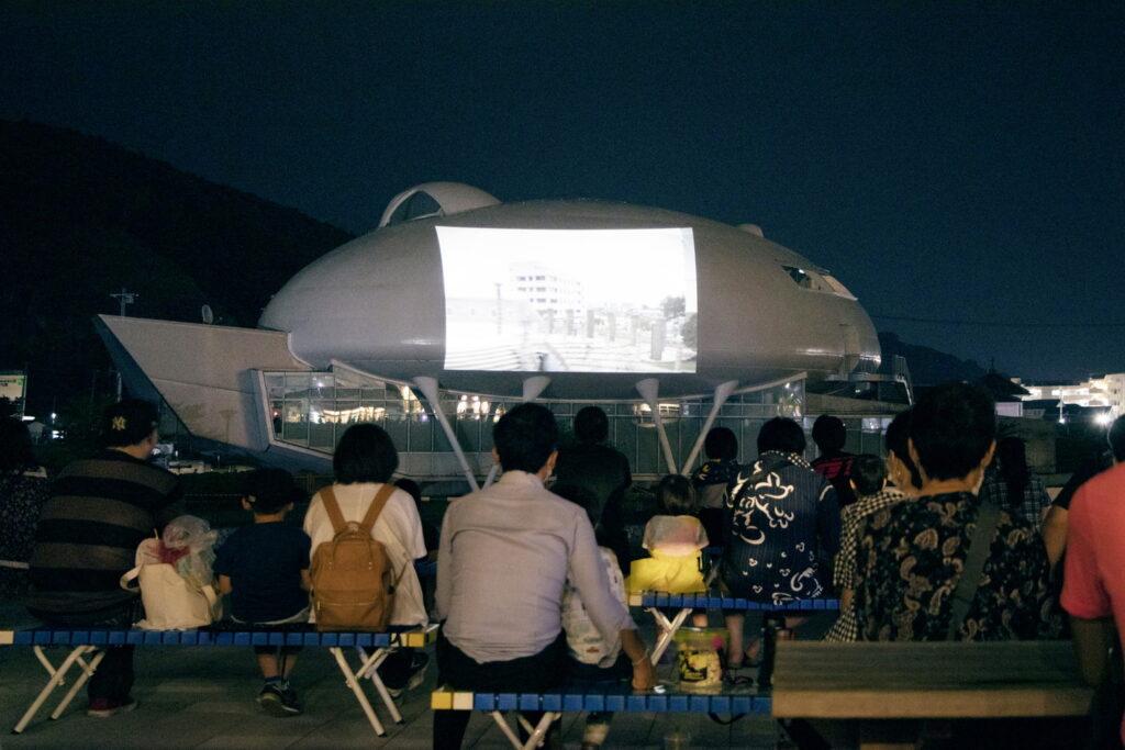 萬画館に映画を投影する「かわべでシアター」は特に人気があるイベントです